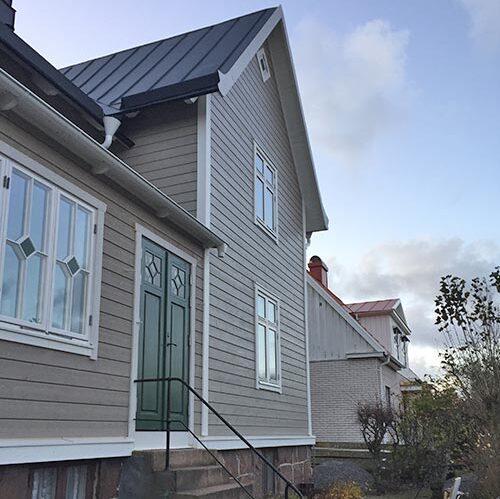 Fasad på grått hus