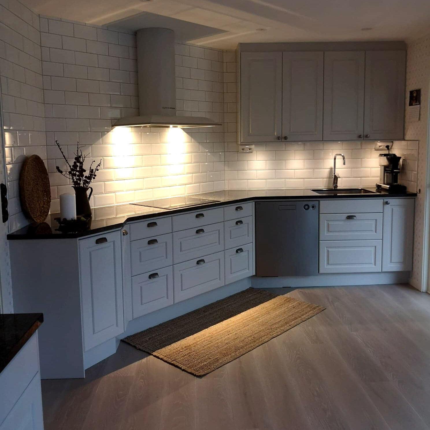 Köksrenovering med byte av golv och vitvaror